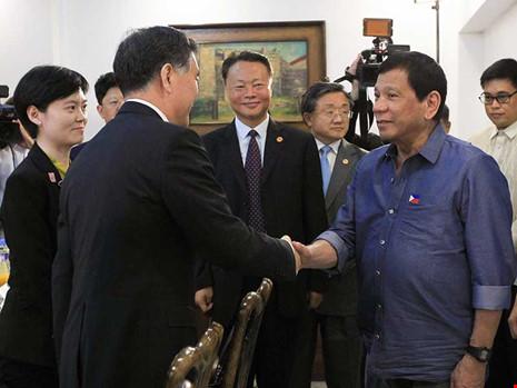Philippines vừa đối phó vừa làm ăn với Trung Quốc