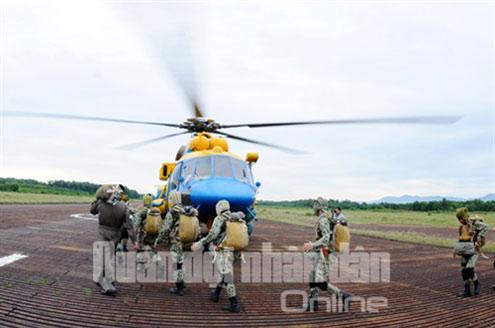 Đặc công Việt Nam tập đổ bộ đường không