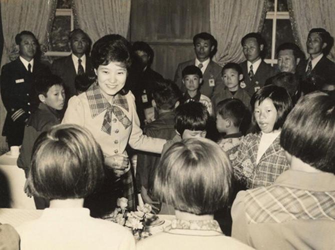21 bức ảnh 'biết nói' về nữ Tổng thống đầu tiên của Hàn Quốc