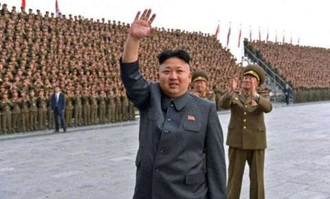 lanh dao trieu tien kim jong-un vay tay truoc dam dong.