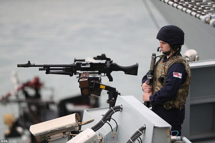 Cận cảnh chiến hạm lớn nhất của Hải quân Anh - Ảnh 7.