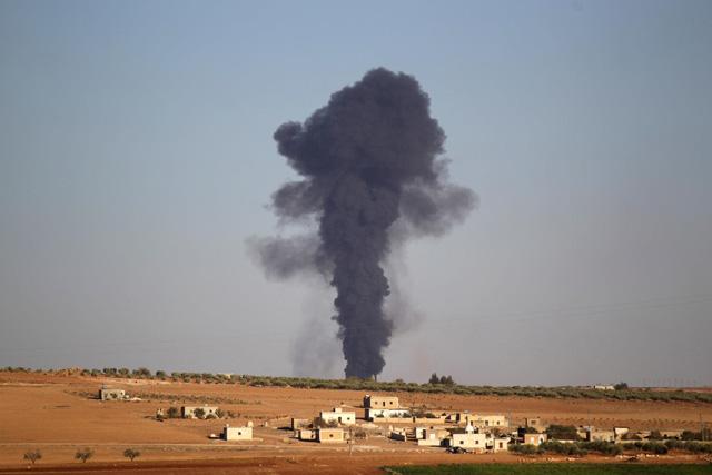 khoi den boc len sau mot cuoc tan cong cua is o thi tran al-bab, tinh aleppo, mien bac syria vao ngay 26-10-2016 - anh: reuters