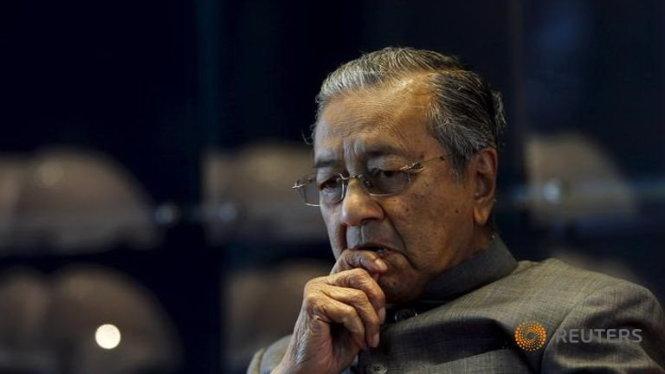 """cuu thu tuong mahathir mohamad la nha lanh dao ky cuu cua malaysia. ong co hoc vi tien si, giu cuong vi thu tuong malaysia lien tuc trong 22 nam (1981 - 2003) va da co cong vach ra qua trinh hien dai hoa nhanh chong cho malaysia, cung nhu de xuong """"cac gia tri chau a"""" - anh: reuters"""
