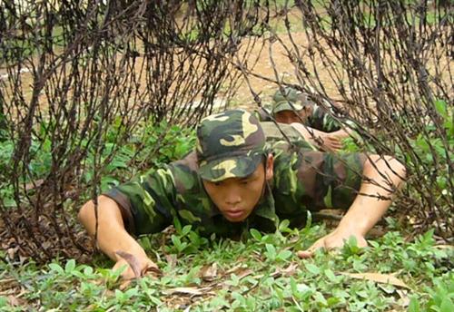 Chiến sĩ trẻ khắc phục vật cản, tiếp cận mục tiêu.