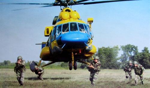 Huấn luyện đổ bộ bằng trực thăng, tiến hành tập kích mục tiêu.