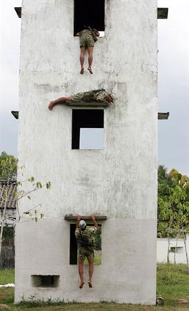 Tay không leo nhà tầng là một trong những bài tập thường xuyên của đặc công.