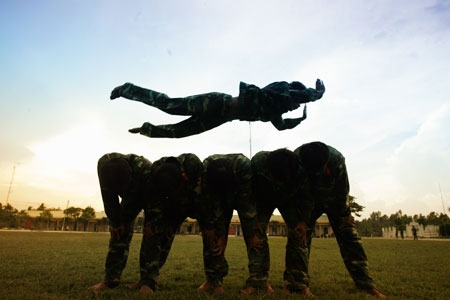 Thể lực sung mãn, bộ đội đặc công có thể bay qua 5 đến 7 người một cách dễ dàng.