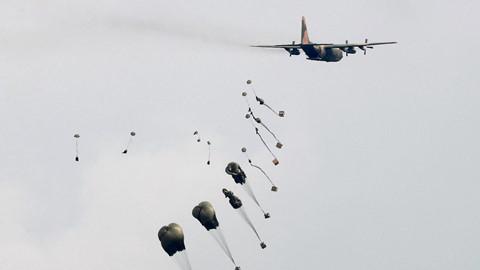 may bay van tai c-130 tha hang tiep tereuters