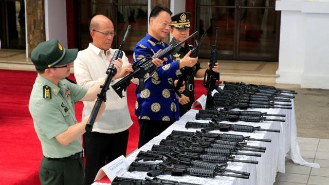 Philippines: miệng vuốt ve Mỹ, tay cầm vũ khí Trung Quốc