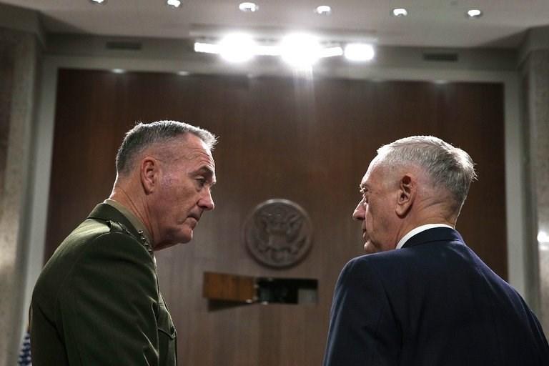 Bộ trưởng Quốc phòng Mỹ James Mattis (phải) và Chủ tịch Hội đồng Tham mưu trưởng liên quân Mỹ Joseph Dunford đến cuộc điều trần trước Ủy ban Quân vụ Thượng viện ngày 3-10. Ảnh: GETTY IMAGES