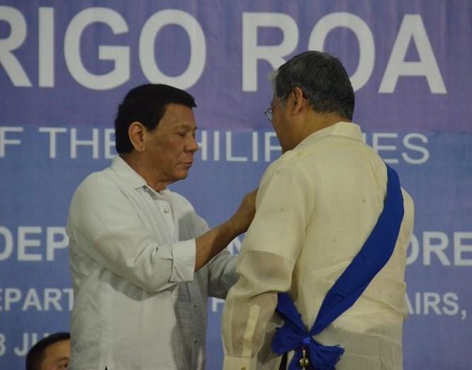 tong thong philippinesrodrigo duterte trao thuong cho nhung nha ngoai giao xuat sac philippines. anh: twitter.
