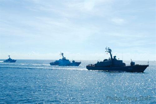 Biên đội tàu Hải quân NDVN huấn luyện trên biển.
