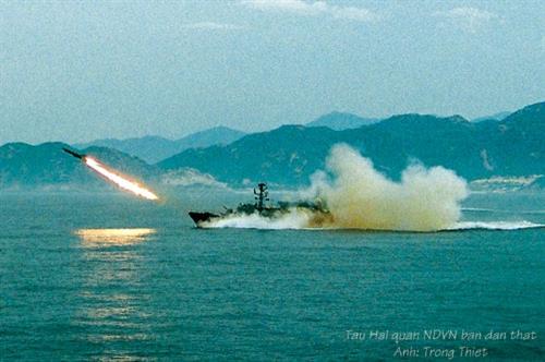 Tàu Hải quân huấn luyện bắn đạn thật trên biển.