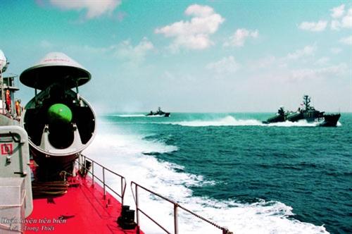 Tàu của Đoàn M72 huấn luyện trên biển.