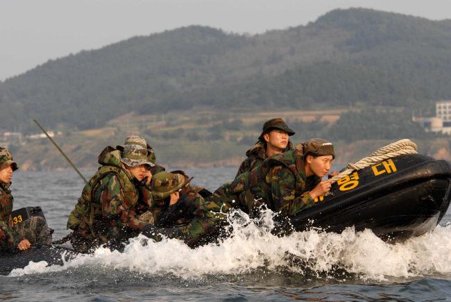 Hình ảnh quân đội Hàn Quốc hành quân, nã pháo, thực hành vượt sông