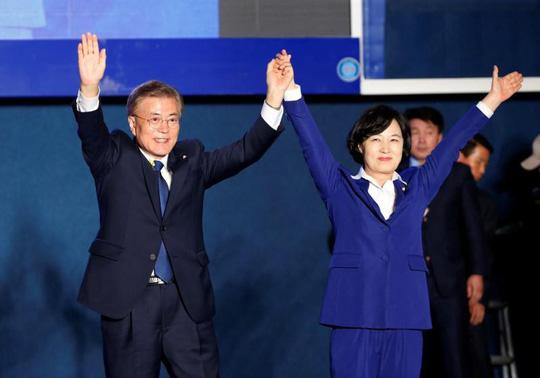 tong thong han quoc moon jae-in va ba choo mi-ae. anh: reuters