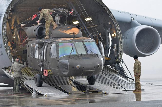 truc thang uh-60 black hawk cua my san xuat duoc dua khoi may bay van tai tai latvia quan doi my