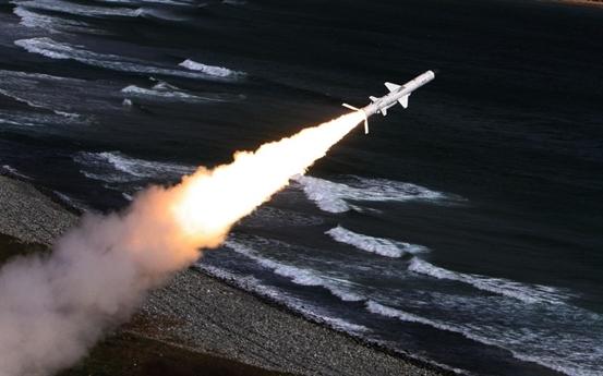 Để hiện đại hóa lực lượng tên lửa bờ, trong những năm gần đây, Việt Nam đã đặt mua của Nga 2 tổ hợp tên lửa phòng thủ bờ biển tối tân K-300P Bastion-P, mỗi tổ hợp trang bị 36 đạn tên lửa hành trình siêu âm có cánh Yakhont, đạt tầm bắn xa 300km và tốc độ bay siêu nhanh, gấp 2,5 lần tốc độ âm thanh.