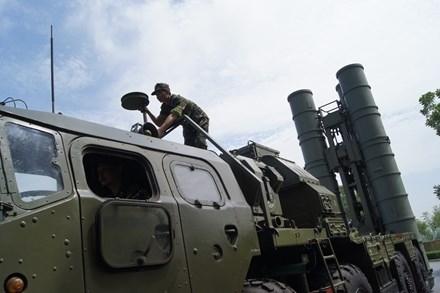 Kíp chiến đấu gồm 4 người: lái xe, chỉ huy (trưởng xe), xạ thủ và trắc thủ radar. Xe được trang bị máy lọc không khí, thiết bị chữa cháy, hệ thống định vị TNA-2, thiết bị ngắm bắn hồng ngoại, radio liên lạc R-123, R-124 và hệ thống bảo vệ xạ-sinh-hóa (NBC). Trong ảnh: Hệ thống S-300 Việt Nam.
