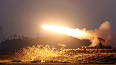 Mỗi xe Strela-10M mang 4 đạn tên lửa 9M37 (9M37M) có tầm bắn hiệu quả tới 5.000m trong dải độ cao 25-3.500m, đặt trong ống phóng kiêm ống bảo quản ở chế độ sẵn sàng bắn. Ngoài ra, còn có thêm 4-8 đạn khác thuộc cơ số dự trữ và chỉ mất 3 phút để tái nạp đạn.