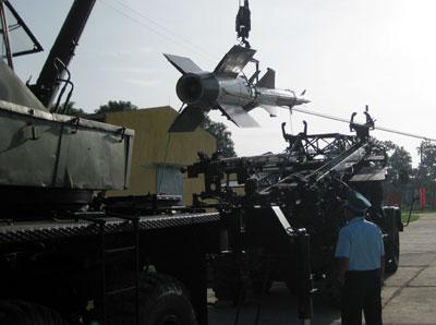 Việt Nam: huấn luyện lắp ráp đạn tên lửa ban đêm