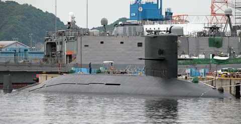 Tàu ngầm lớp Harushio của Nhật Bản đang neo đậu tại cảng.