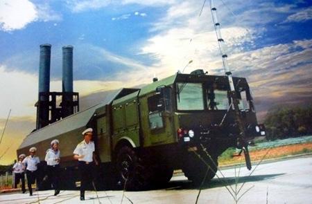 """Hệ thống Bastion -P có khả năng phóng tên lửa Yakhont             Trong một cuộc thử nghiệm, tên lửa  Yakhont thể hiện khả năng tấn công chính xác của mình khi bắn trúng mục  tiêu cỡ một tấm bảng đen trong lớp học. Vì vậy, giới chuyên gia quân sự  đánh giá: Yakhont khiến Mỹ và đồng minh phải """"dựng tóc gáy"""", đẩy lùi các vũ khí tương đương của NATO xuống phía sau trong cuộc đua của các tên lửa chống hạm. (Ảnh QĐND)"""