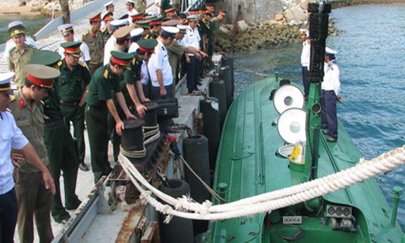 Một đoàn công tác quân đội đến tham quan tàu ngầm tại cầu cảng của đoàn M96 hải quân - Ảnh: T.B.