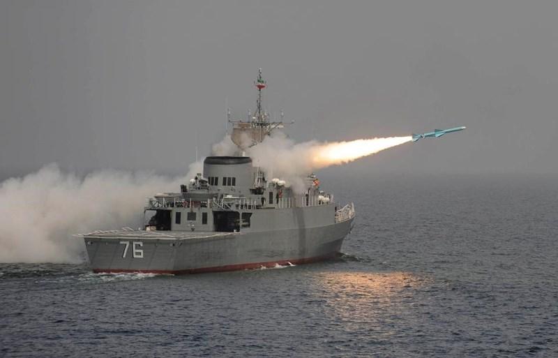 Tàu chiến Jamaran của Iran bắn tên lửa năm 2010. Ảnh: GETTY IMAGES