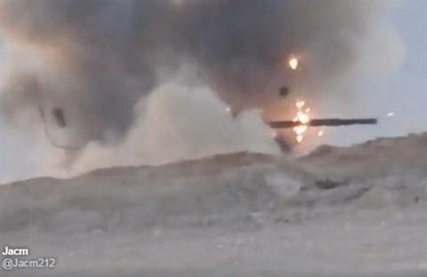 xe tang t-62m cua quan doi chinh phu syria khong bi pha huy sau khi ten lua tow danh trung thap phao
