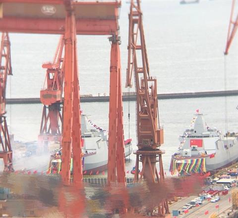 Toan tính Trung Quốc hạ thủy cùng lúc 2 khu trục hạm