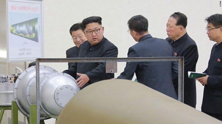 chu tich trieu tien kim jong-un ben canh thiet bi duoc cho la bom nhiet hach. (anh: kcna)