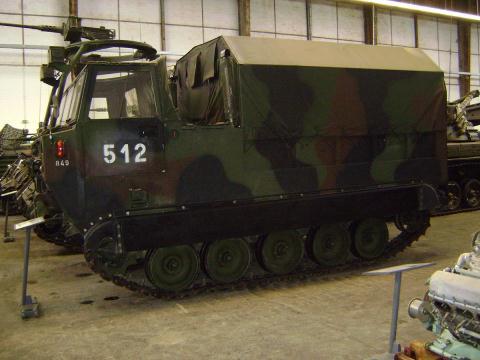 xe van tai banh xich m548 trong bao tang