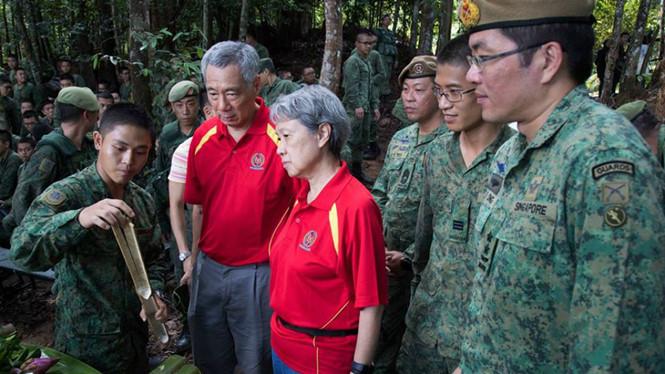 Thủ tướng Lý Hiển Long cùng phu nhân Hà Tinh được giới thiệu kỹ năng sinh tồn /// Quân đội Singapore