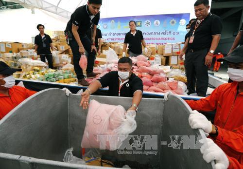nhan vien co quan thuoc va thuc pham thai lan chuyen ma tuy di tieu huy tai tinh ayutthaya ngay 26/6. anh: epa/ttxvn