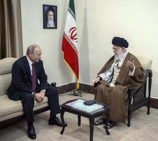 tong thong nga vladimir putin (trai) gap go nha lanh dao toi cao iran ayatollah ali khamenei o tehran, iran hom 1-11 anh: sputnik/reuters