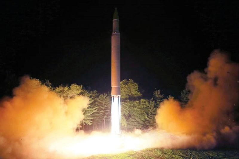 Tên lửa ICBM Hwasong-14 của Triều Tiên trong một vụ thử cuối tháng 7. Ảnh: AP