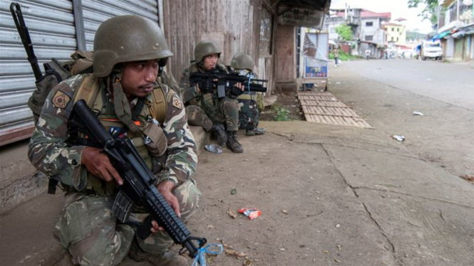 binh si philippines lien tuc doi mat giao chien voi khung bo o mien nam nuoc nay thoi gian qua - anh: reuters