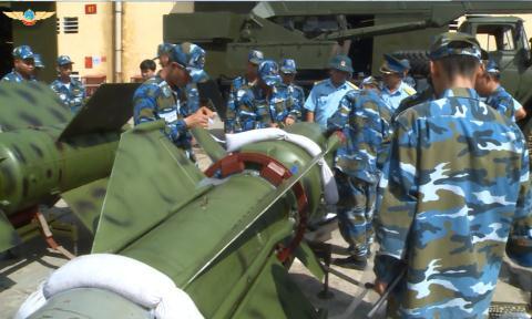 Phong khong Viet Nam dien tap voi C-125M