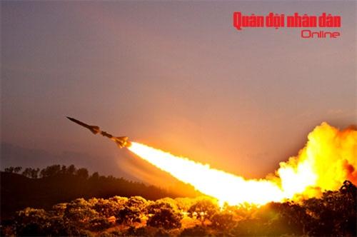 Tên lửa C75M thực hành bắn mục tiêu ban đêm