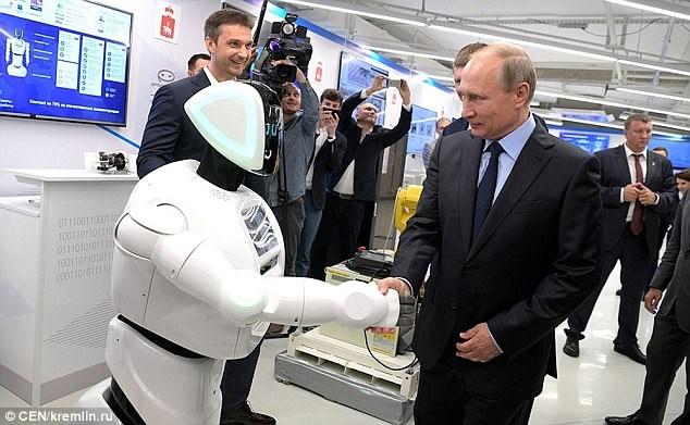 Tổng thống Putin bắt tay, trò chuyện với robot - ảnh 1