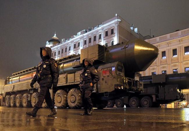 """Nga dọa dùng """"thanh gươm"""" hạt nhân nếu NATO động binh Crimea"""