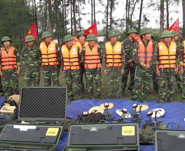 Bộ đội đặc công Việt Nam phá bom mìn trên Biển Đông