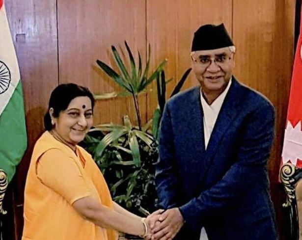 ngay 10/8/2017, ngoai truong an do sushma swaraj hoi kien voi thu tuong nepal sher bahadur deuba. anh: hindustan times.