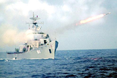 Tàu hộ vệ săn ngầm Lữ đoàn 171 bắn đạn thật.
