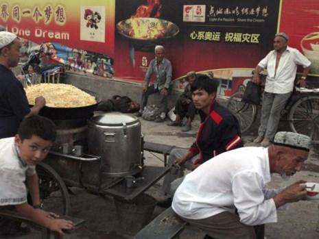 canh ban thuc an duong pho tai o khu vuc kashgar cua tan cuong. anh: ap