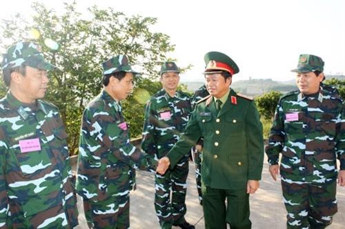Trung tướng Đỗ Bá Tỵ, Ủy viên Trung ương Đảng, Ủy viên Thường vụ Quân ủy Trung ương, Tổng tham mưu trưởng, Thứ trưởng Bộ Quốc phòng kiểm tra, động viên các thành phần tham gia diễn tập.