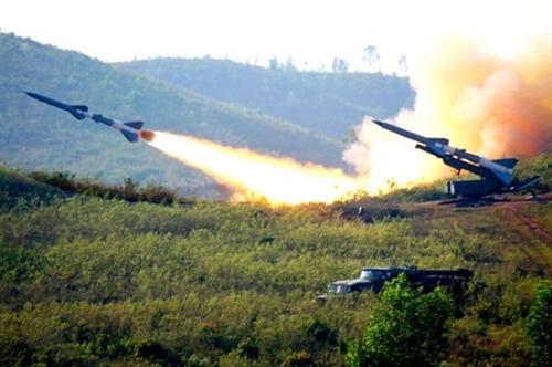 Đúng 8 giờ ngày 4-12, cuộc diễn tập bắn đạn thật năm 2011 của Quân chủng PK-KQ bắt đầu. Tên lửa C-75M rời bệ phóng, hướng về phía mục tiêu