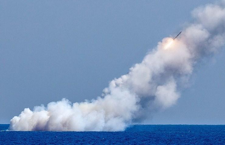 Tên lửa hành trình được phóng từ tàu ngầm Nga. Ảnh: TASS
