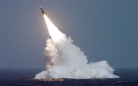Trident II D5: ICBM chính xác nhất. Quốc gia sản xuất: Mỹ, phóng lần đầu năm 1987. Trọng lượng phóng 58 tấn, tầm bắn 11.300 km
